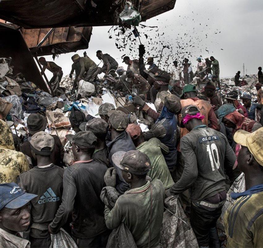 Жители Нигерии сортируют мусор на свалке в Лагосе, 21 января 2017 года